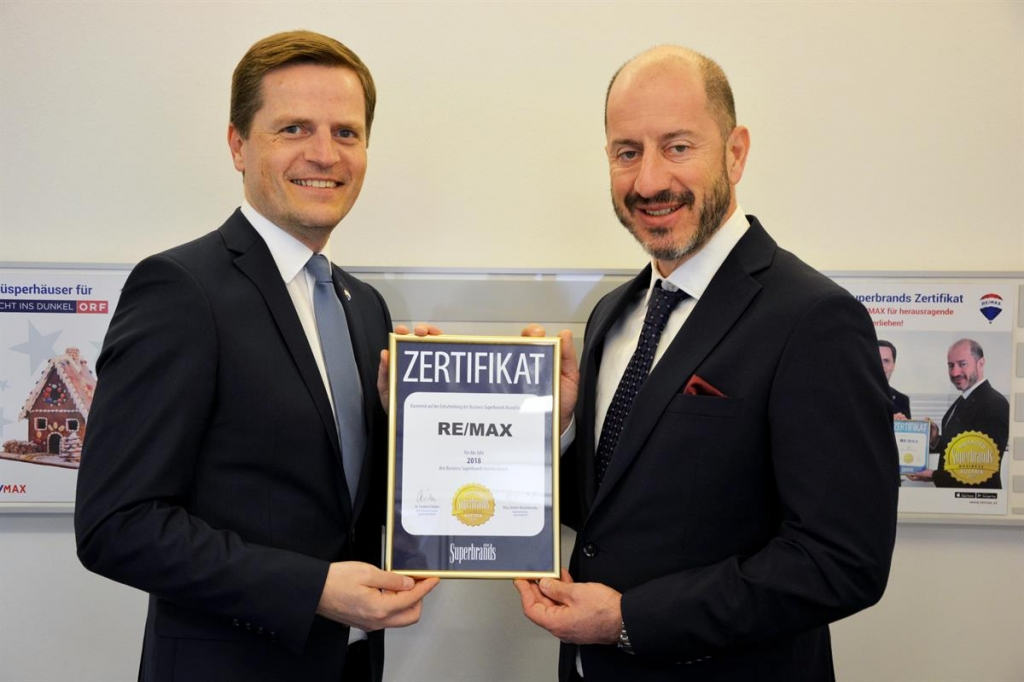 Bernhard Reikersdorfer bekommt die Auszeichnung verliehen