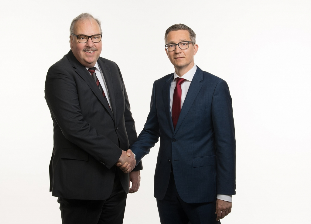 Peter Schnieper (links) übergibt an Daniel Reisenberger