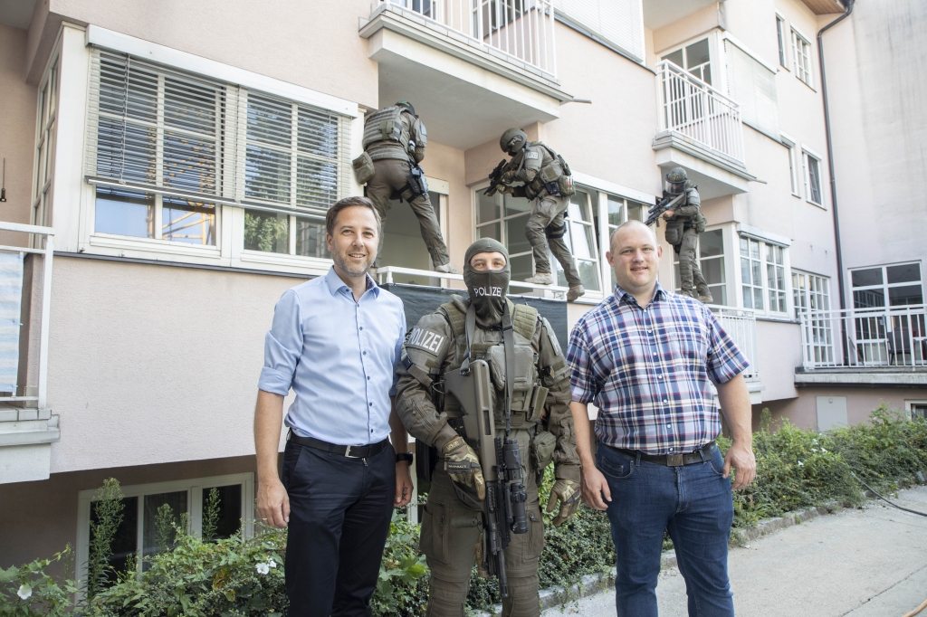 Thomas Maierhofer (Salzburg Wohnbau) und Bürgermeister Peter Harlander mit Cobra-Einsatzkräften.