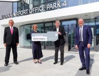 Der Office Park 4 ist eröffnet. Im Bild: Günther Ofner (Vorstandsdirektor, Flughafen Wien AG),  Landeshauptfrau Johanna Mikl-Leitner, Heinz Neumann (HNP architects), Julian Jäger (Vorstandsdirektor, Flughafen Wien AG).