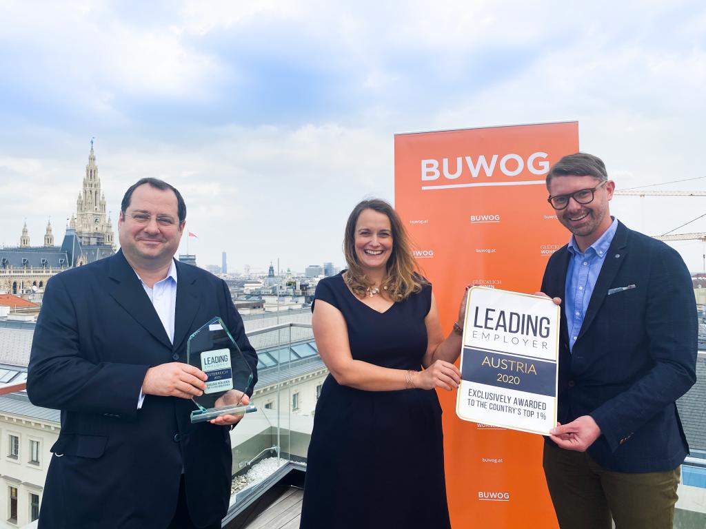 """Daniel Riedl (Vorstand Vonovia), Astrid Lassner (Leiterin Personalabteilung) und Kevin Töpfer (Geschäftsführer der Buwog) mit dem """"Leading Employer""""-Award"""