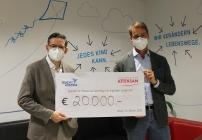 Oliver Attensam (rechts) spendet 20.000 Euro an Teach for Austria